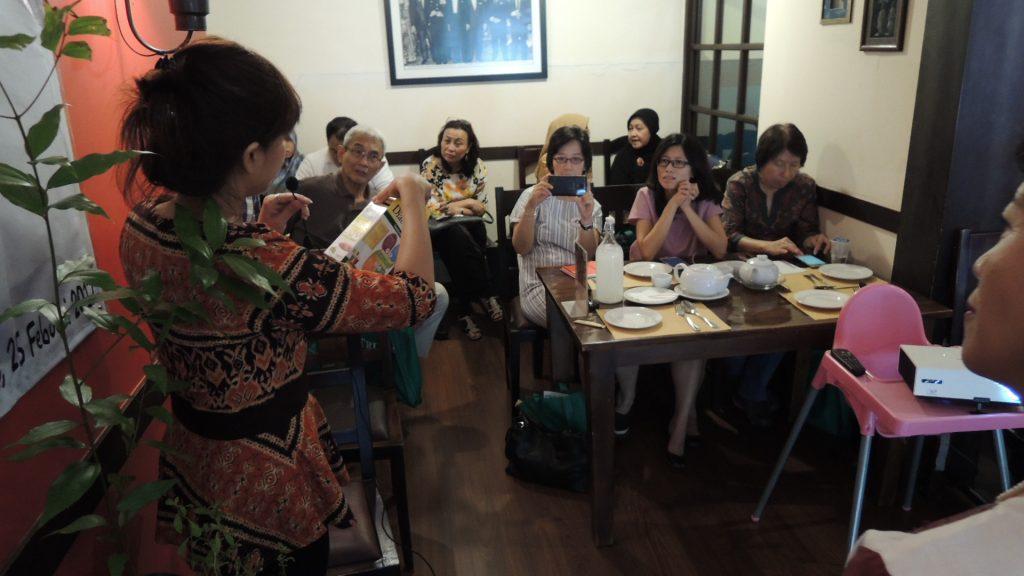 Menambah ilmu di sabtu pagi. Para peserta seminar menanyakan hal-hal penting seputar gula.