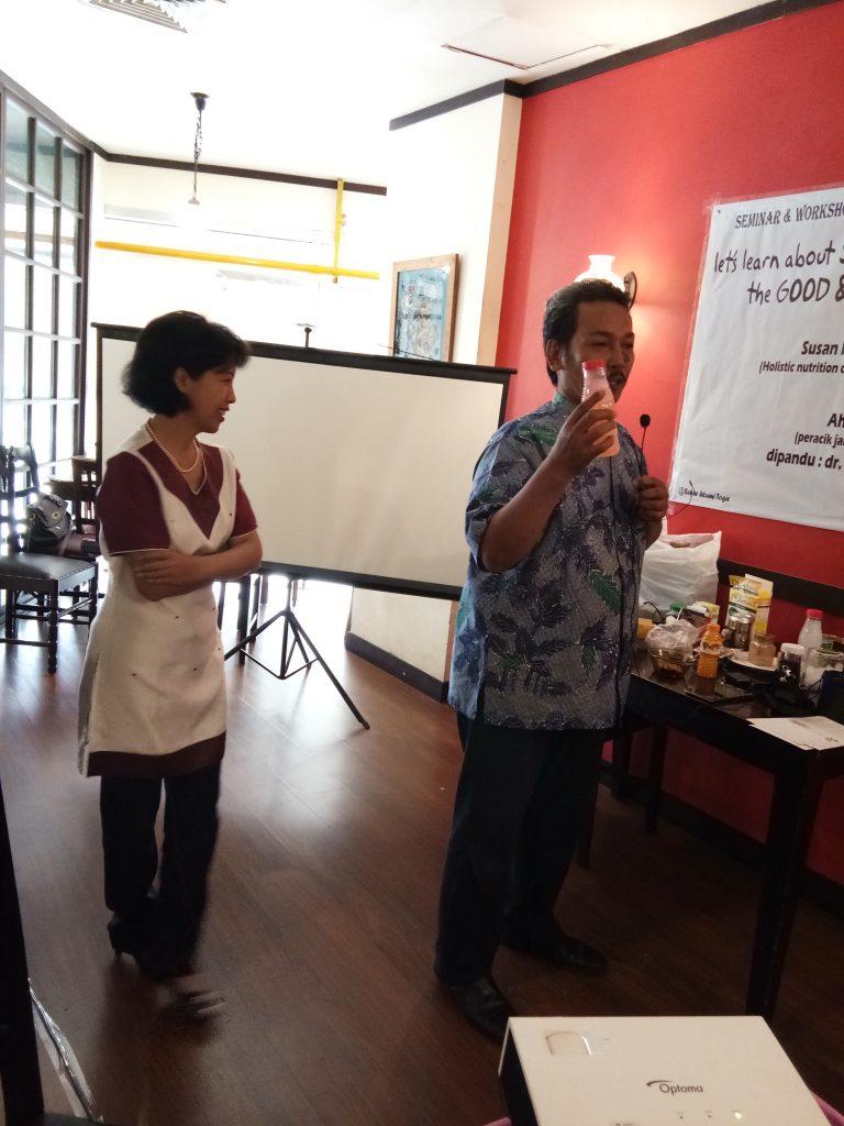Ahmad Fauzi didampingi dokter herbal Prapti Utami membahas khasiat jamu
