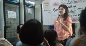 <em>Vivi Dwiwati, Pemilik Towang, banyak memberikan pengetahuan baru tentang tahu. Foto: PaprikaLiving</em>